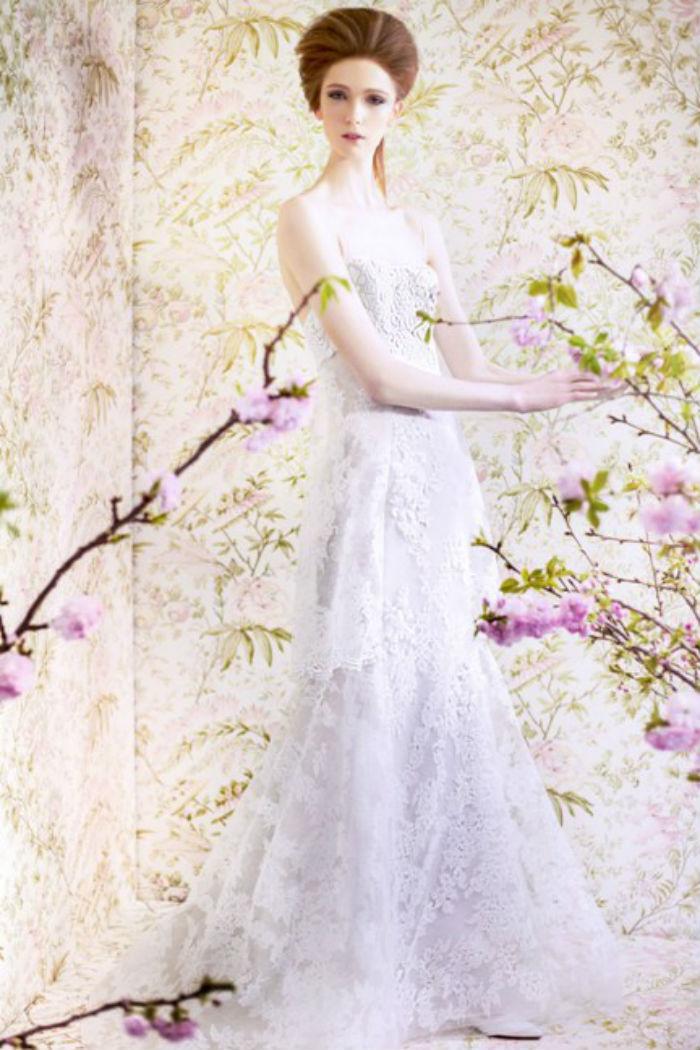 Cette robe à la forme bustier d'Angel Sanchez comporte de la dentelle tout du long : c'est l'une des manières d'arborer cette matière. La tenue n'est pas surchargée pour autant : elle est juste romantique !