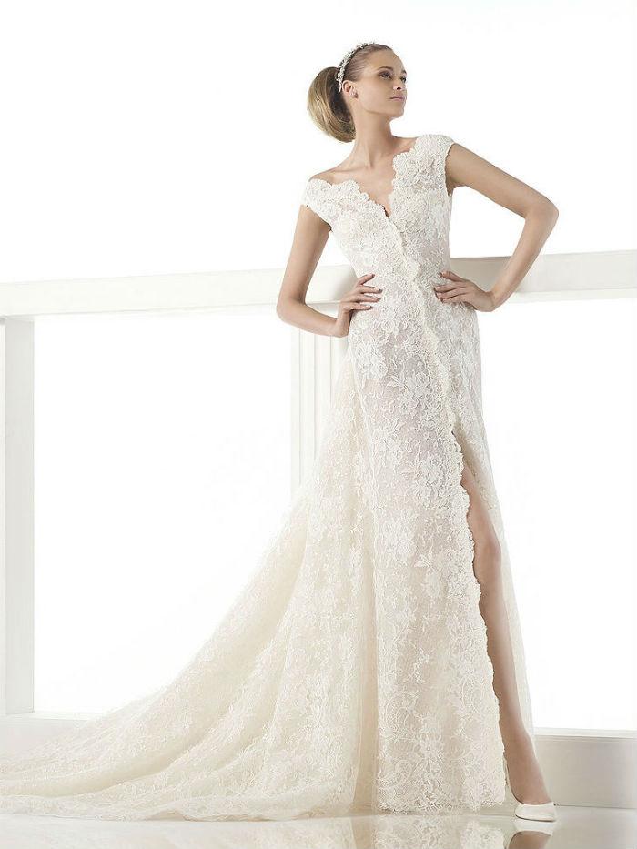 Canberra d'Atelier Pronovias est une vraie robe de diva ! Tout en dentelle, avec un grand décolleté en V et une ouverture jusqu'en haut des jambes, elle a une couple plutôt près du corps. Il faut assumer mais cela peut donner un résultat très sexy !
