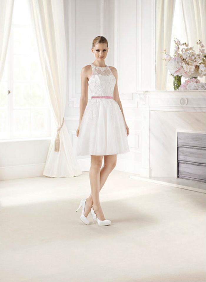 Si vous préférez les coupes courtes, cette petite robe Emi de LaSposa est très mignonne ! La dentelle transparente superpose le bustier, et une ceinture rose vient donner une touche glamour à la tenue.