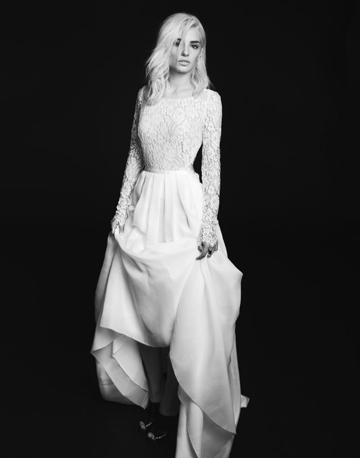 Dans un tout autre genre, cette robe Avery de Rime Arodaky ne comporte de la dentelle que sur le haut à manches longues joli comme tout. Un jupon sobre vient assagir la tenue.