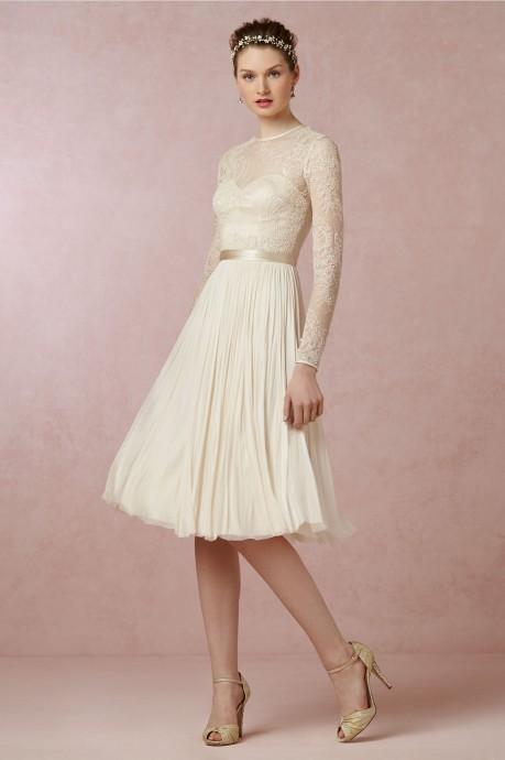 Cette robe Waterfall de la marque BHLDN a des manches longues en dentelle (matière tendance en 2015), tout comme le tissu qui recouvre le bustier. Moderne, elle arrive aux genoux avec son jupon drapé. Parfaite pour une cérémonie à la mairie !