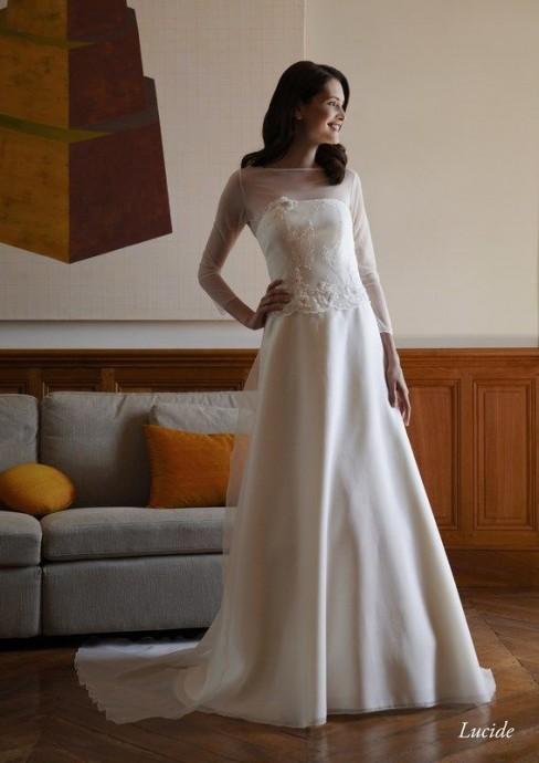 Assez sobre, cette robe Lucide des Créations Bochet drapera vos bras d'un léger voile. Élégance absolue !