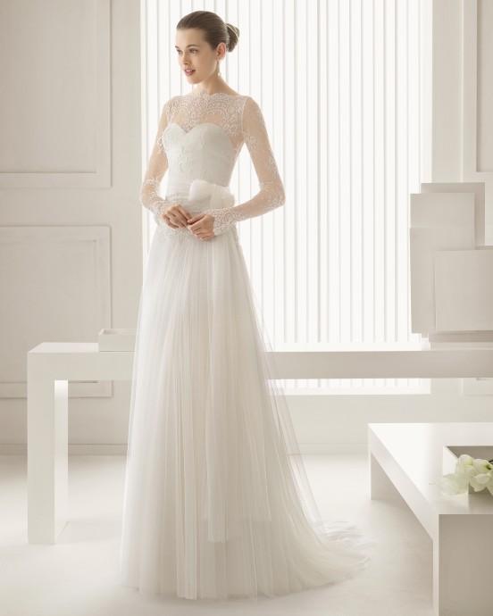 Très romantique, cette robe Silvana de Rosa Clara vous propose une superposition de dentelle sur un bustier en forme de cœur. On craque pour le joli nœud qui vient marque la taille pour créer une belle silhouette très féminine. Et oui au maxi jupon drapé qui donne du volume.
