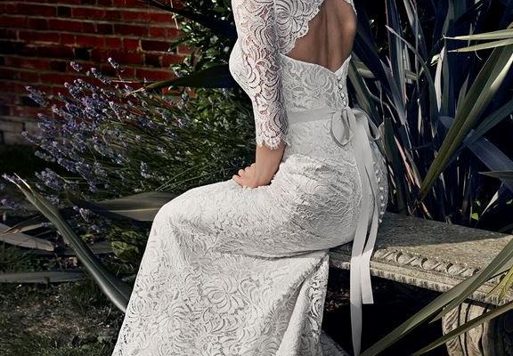 Cette robe Apolline de Suzanne Neville vous propose des manches trois-quarts en dentelle, un petit décolleté dans le dos suivi de boutons et d'un noeud fluide. Vous retrouvez cette dentelle très travaillée tout le long de la robe.