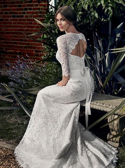 Cette robe Apolline de Suzanne Neville est faite pour les futures mariées à la recherche d'espièglerie. Ça tombe bien, la pièce est dotée d'un très beau décolleté dans le dos qui accentue le côté sexy de la robe. Cesont les manches qui viennent alors chic-isser l'ensemble avec une dentelle ultra travailler en toute transparence.