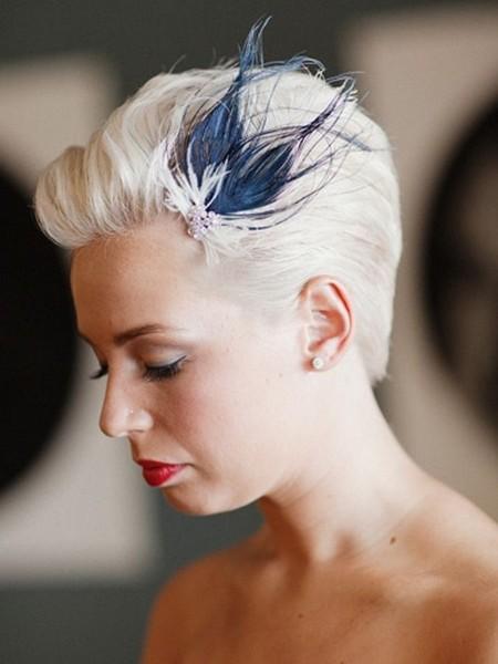 L'avantage des plumes pour les mariées aux cheveux courts, c'est que ne pouvant pas faire une coiffure élaborée, ce détail permettra de mettre en avant toute la beauté de votre visage avec une petite touche de fantaisie.