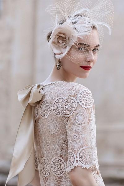 Pour les mariées plus classiques, la voilette est de rigueur. Pour éviter le côté austère, associez-la à une grosse rose et quelques plumes pour lier tous les éléments. Un bel exemple de pure féminité.