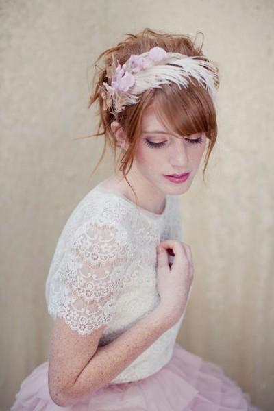 Pour changer de la barrette, pourquoi ne pas choisir le serre-tête ? Recouvert de plumes, choisissez des couleurs qui tranchent avec celle de vos cheveux pour un plus joli rendu.