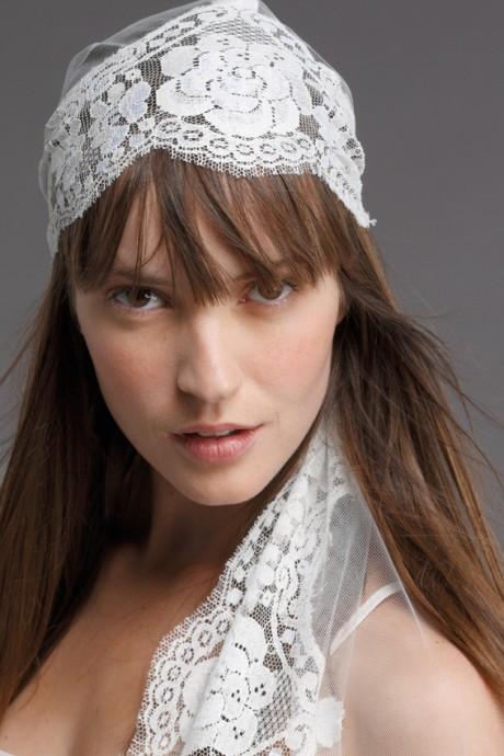 Ce voile en tulle et en dentelle de calais a été créé par Cymbeline. Si vous avez choisi une robe bohème et romantique, ce voile est juste fait pour vous un point c'est tout.