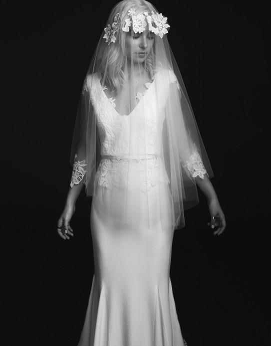 Il n'y a pas de mariage sans voile que l'on soulève délicatement avant d'embrasser la mariée, n'est-ce pas ? Ce joli voile, tout en délicatesse est signé Rime Arodaky. On aime le détail des fleurs brodées sur le devant du visage qui nous fait penser à une jolie couronne de fleurs.