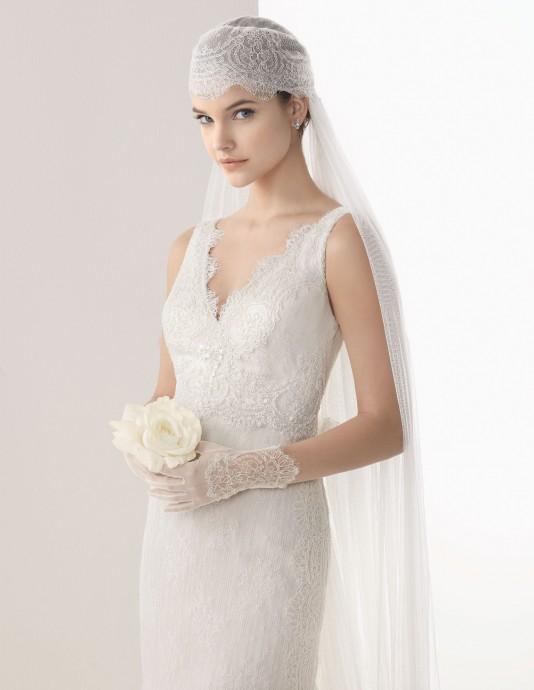 Inspiration années 20 avec ce voile Rosa Clara. Pour parfaire votre look rétro-bohème, accompagnez-le d'une jolie robe en dentelle et vous serez au top.