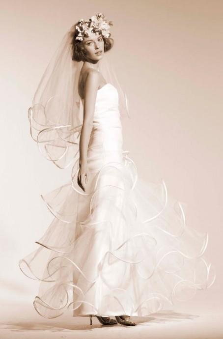 La créatrice Suzanne Ermann, les reines des volutes, a créé une robe néo-romantique et a choisi d'y ajouter un magnifique voile parfaitement accordé et original pour compléter le look. Top non ?