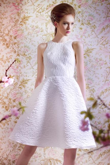 Angel Sanchez nous propose ici une robe de mariée courte et ultra chic. Féminine et bien coupée, cette jolie création ira parfaitement à une femme élancée, et mince. La coupe de la robe fera aussi ressortir les formes de futures mariées un peu plus généreuses.