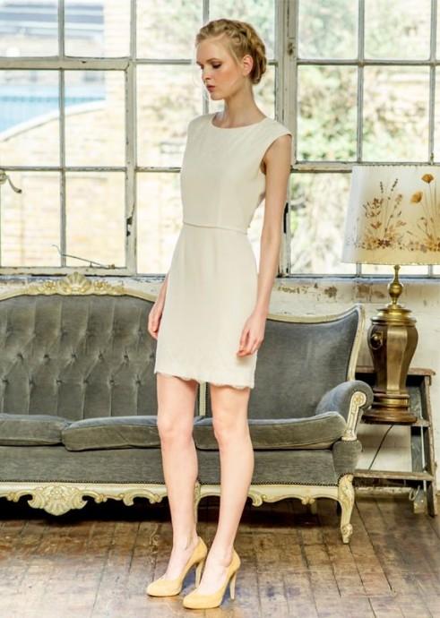 Atelier Anonyme ne se rate jamais, surtout avec cette délicieuse robe ultra sophistiquée, courte, et fluide appelée Hilda. On n'oublie pas d'ajouter de jolis escarpins très chics qui iront à merveille à la robe de mariée. Côté coiffure, optez pour un chignon pas trop travaillé. Vous serez une vraie mariée des temps modernes.