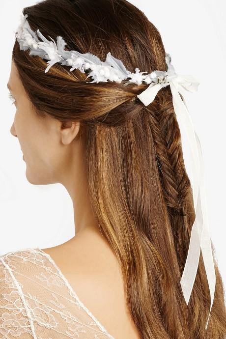 Ce serre-tête en georgette de soie signé Maison Michel est magnifiquement orné de fleurs d'edelweiss ultra-fines enroulées autour d'une couronne de fil et fixées à l'aide de rubans à nouer fluides et réglables. À la fois éthéré et intemporel, il sera parfait utilisé en guise d'accessoire nuptial romantique ou pour apporter une finition luxueuse à un ensemble bohème chic.