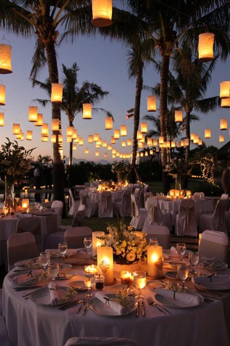 Il y a en qui préfère les bougies pour décorer les tables ou leur lieu de réception et il y a celles qui optent plutôt pour les lanternes en papier. Vous pouvez tout aussi bien les poser au sol de manière à créer un chemin illuminé. Les lanternes seront votre meilleur allié pour une réception en extérieur. Elles éclaireront vos convives avec subtilité.