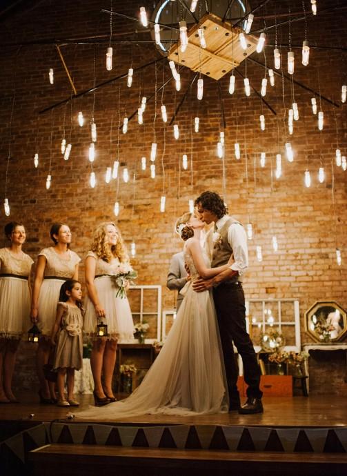 """Voici une belle idée pour créer un décor onirique. Se dire """"oui"""" sous Les guirlandes d'ampoules électriques sont très tendance en matière d'illumination de mariage. Elles sont jolies et vous aideront à obtenir une ambiance informelle et festive qui rappellera l'atmosphère qui règne dans les restaurants et les paillotes à la plage."""