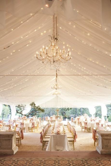 Si vous avez prévu d'illuminer votre mariage avec des guirlandes, c'est un très bon choix !  Pour plus de romantisme, décorez votre plafond avec des drapés de tulle afin d'y disposer les guirlandes.