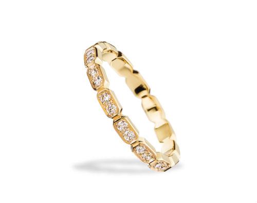 On clôt cette sélection avec la mythique maison Chanel. On aime cet anneau composé de maillons sertis de diamants. La bague est assez originale tout en restant facile à porter et sophistiquée. Alliance « baroque » chez Chanel, en or jaune 18 carats et diamants, prix non communiqué