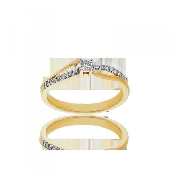 Si vous souhaitez des diamants sur votre alliance, on vous conseille celle-ci ! Sa particularité ? L'anneau se dédouble sur le haut de la bague, où se situent les diamants. Et avec cette bague au doigt, vous serez sûre d'illuminer la pièce ! Alliance en or jaune 375 et diamants, Cleor, 695 euros.