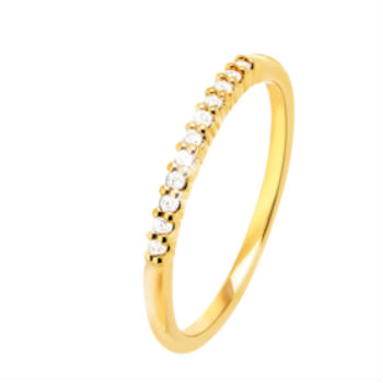 Plus discrète, cette bague est composée d'un seul anneau, mais elle scintille elle aussi grâce aux diamants alignés sur le dessus. Alliance en or jaune 750 et 11 diamants, Julien d'Orcel, 399 euros.