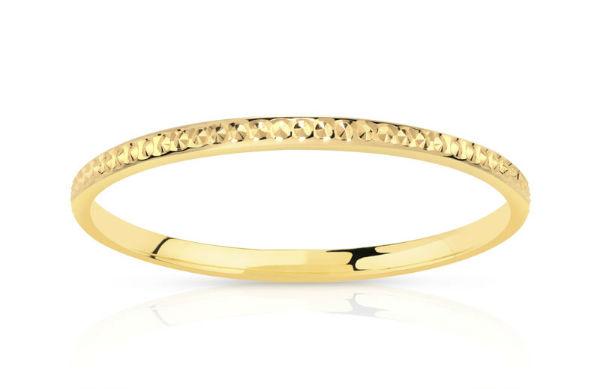 Pour commencer, on aime cette bague, à prix doux pour une alliance. Elle est fine et comporte un joli motif. Elle pourra facilement s'assortir avec d'autres bijoux. Parce que oui, vous allez la porter au doigt éternellement (on l'espère pour vous !). Alliance en or jaune 375, Maty, 89 euros.