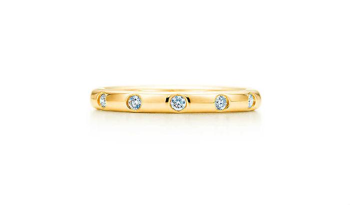Dans un style plus classique, que pensez-vous de cette alliance sertie de brillants ? Sobre mais très raffinée, elle sera facile à assortir au reste de votre parure de mariage ainsi qu'à vos bijoux du quotidien les années à venir. Anneau en or 18 carats et brillants, Tiffany Bezet, 2 050 euros.