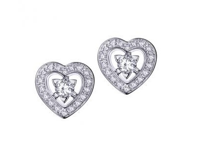 Si Chéri a envie de m'offrir un bijou de luxe, je ne dirai pas non à cette paire de puces d'oreilles ! Comment ne pas rêver devant ces cœurs pas imposants mais qui illumineront ma parure de mariage de mille feux ? Boucles d'oreilles « Sex love touch » chez Mauboussin, en or blanc et diamants, 1 995 euros.