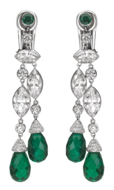 Autre idée de boucles d'oreilles pour être la plus belle le jour J, on aime ces pendants sertis d'émeraudes. La couleur verte va très bien avec le blanc de l'or et du diamant. Ces bijoux extrêmement raffinés vous donneront une allure de princesse et seront beaux dans des cheveux lâchés. Boucles d'oreilles « Classiques » Chaumet, en or blanc 18 carats, diamants et émeraudes, prix sur demande.