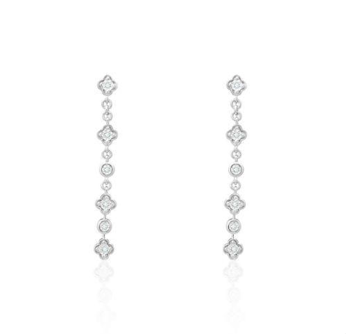 Si vous cherchez comment accessoiriser une robe très sobre, on vous propose cette paire de boucles d'oreilles pendantes. Entre les maillons les diamants prennent la forme de cercles ou de trèfles. Boucles d'oreilles en or blanc 750 et diamants, Didier Guérin, 555 euros.