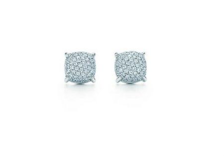 Ces petites puces seront idéales pour vous si vous avez déjà choisi une coiffure de mariage très sophistiquée, un chignon avec un headband ou une barrette, par exemple. Discrètes, elles n'en sont pas moins superbes ! Boucles d'oreilles « Sugar stacks par Paloma », chez Tiffany, en or blanc 18 carats et pavé de diamants, 4 200 euros.