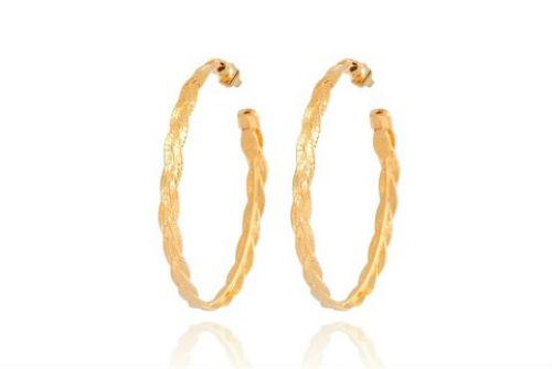 Les créoles sont des boucles d'oreilles indémodables ! Et celles-ci ont un petit « plus » : elles sont constituées de deux tresses entrelacées. Le travail est vraiment délicat. Et leur prix est tout doux ! Alors pourquoi se priver ? Créoles « tresse moyen modèle » chez Gas Bijoux, en métal doré  à l'or fin 24 carats, 52 euros.