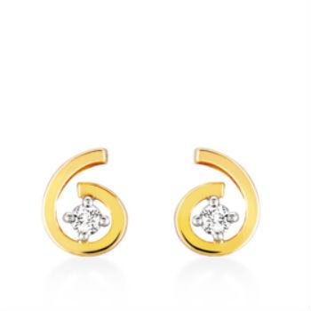 Enfin, si vous n'aimez pas les bijoux trop imposants, pourquoi ne pas choisir cette paire de boucles d'oreilles très chics ? On aime cette petite spirale qui entoure le diamant. Boucles d'oreilles en or jaune 750 et diamants, Julien d'Orcel, 375 euros.