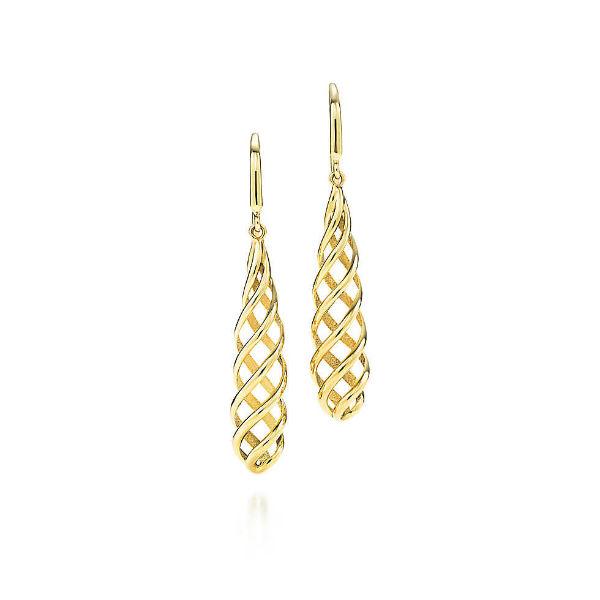 On craque pour ces pendants d'oreilles très originaux ! D'après la marque, elles ont été dessinées par Paloma Picasso, qui a été inspirée par les lanternes de Venise. Ces spirales sont splendides ! Et comme pour les lampes vénitiennes, vous brillerez de mille feux ! Pendants d'oreilles « Luce », de Paloma Picasso pour Tiffany & Co., en or 18 carats, 1 100 euros.