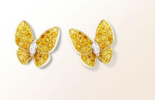 Parce qu'on a bien le droit de rêver, on fond sur cette paire de puces d'oreilles. Les papillons sont l'emblème de la maison, et ceux-ci sont en métaux et pierres précieuses. Ils iront à merveille avec un chignon et une robe forme princesse. Motifs d'oreilles « Deux papillons », chez Van Cleef & Arpels, en or jaune, saphirs jaunes et diamants, 16 000 euros.