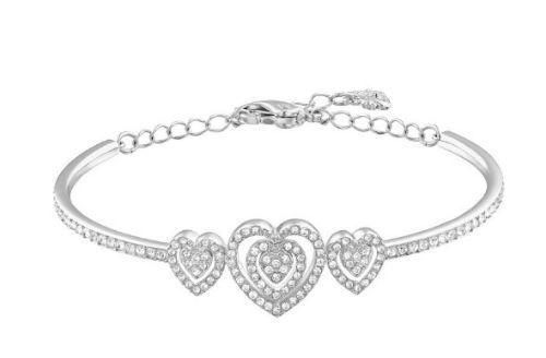 Pour compléter ma belle parure, je dis oui à ce bracelet-jonc ! Moi qui aime quand ça brille, je serai servie avec tous ces cristaux ! Les trois cœurs découpés au centre sont mignons comme tout, et l'avantage de ce bijou, c'est qu'il conviendra à tous les poignets : l'attache permet de régler sa taille. Bracelet-jonc « Carol » chez Swarovski, en plaqué rhodium et cristaux incolores, 119 euros.