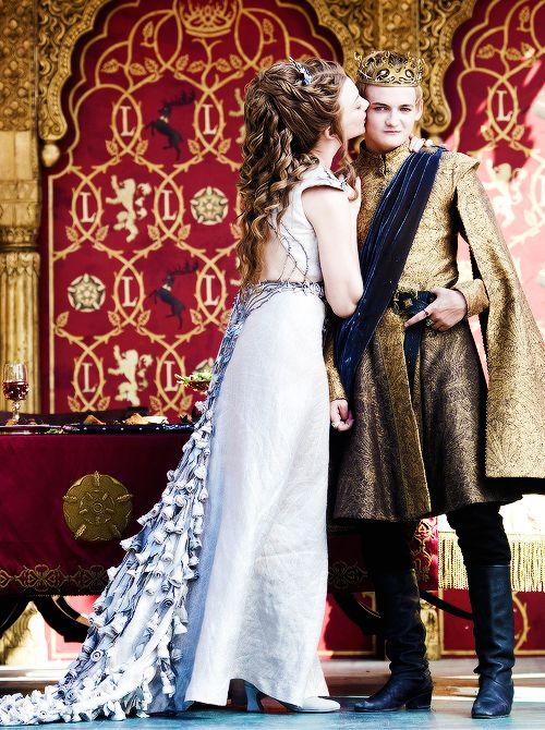 Joffrey, malgré son impertinence, épouse lors de la saison 4 la belle Margaery. Game of Thrones.