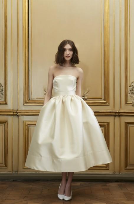Cette robe bustier de la créatrice Delphine Manivet est typique de la mode des années 50. Son bustier de taille ajustée et le reste de la robe évasée vous assure un retour immédiat dans le passé. On aime particulièrement le bas de la robe évasée dans un esprit typique des années folles.
