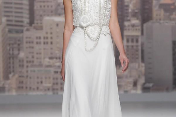 Bienvenue dans les années folles! Cette robe de la marque Rosa Clarà est typique des années 50. Le haut de la robe en dentelle est sublimé par ce collier de perles avec sa rose. Les perles sont l'élément chic, classe et surtout glamour de cette époque of course! On aime aussi le côté évasé du bas de la robe qui apporte le côté moderne de cette tenue.