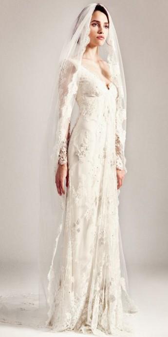 La féminité incarnée. Cette robe de la marque Temperley London est tout simplement divine. Entièrement recouverte de dentelle, l'originalité vient des manches transparentes. Sexy et glamour! Le voile transparent où la dentelle est aussi présente, contribue  au romantisme de ce modèle.
