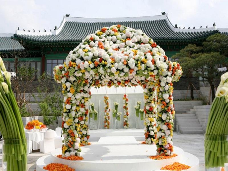 arche fleurie pour une ceremonie laique de mariage