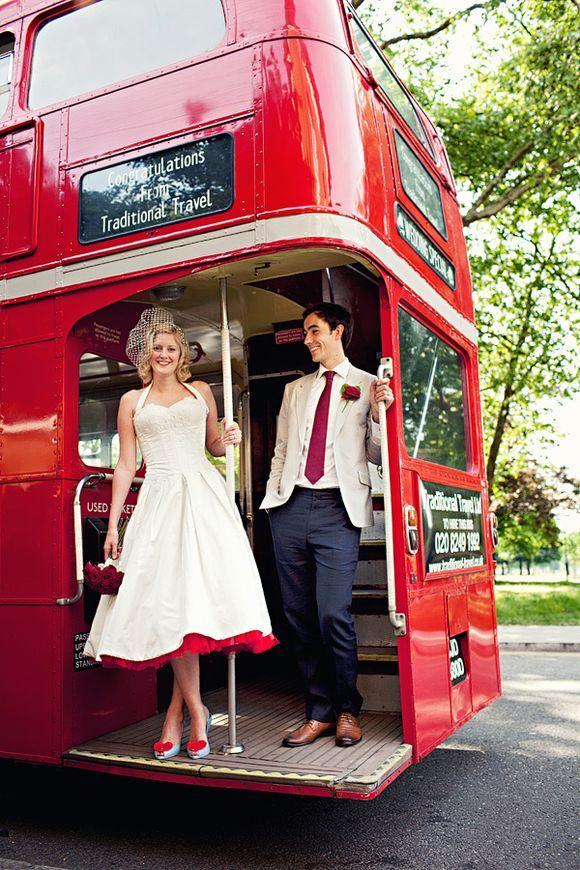 mariage chic so british couple arriver en bus
