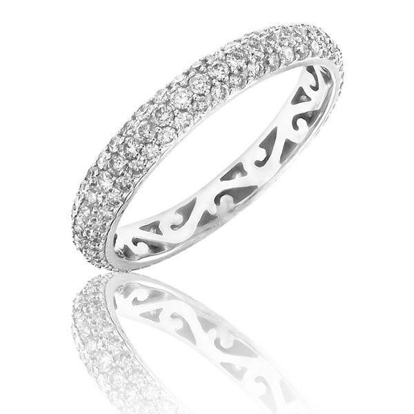 On craque également pour cette alliance sertie de diamants en un tour complet, et pas trop fine. Son petit plus caché ? Le métal joliment travaillé à l'intérieur de l'anneau pour former des arabesques. Alliance « Conte de fée » chez Adamence, en or blanc et diamants, 2 319 euros.