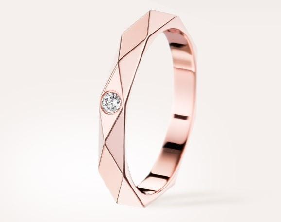 Enfin, on se pâme devant cette autre alliance en or rose très contemporaine avec ses formes graphiques. L'anneau comporte un motif « facette », apparemment l'emblème de la maison de joaillerie. Cette forme est censée rappelée le diamant, taillé de la même façon. Un unique diamant en son centre donne à la bague sa féminité et son élégance. Alliance facette en or rose et diamant, Boucheron, 1 550 euros.