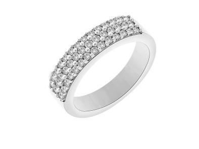 Sur cette bague-ci, pas de diamants sur un tour complet mais un demi-tour… mais on en compte tout de même 42, car l'anneau comporte 3 rangs de diamants. Original, non ? En tout cas on dirait vraiment une bague de princesse ! Alliance demi-tour en or blanc 18 carats et diamants GSI, Carat et moi, 1 504 euros.
