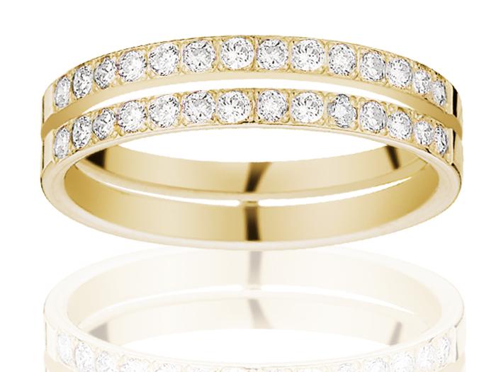 Autre originalité sur cette bague double, sertie de diamants sur la moitié supérieure. On aime le fait que les deux anneaux ne soient pas collés l'un à l'autre, le tout donnant un aspect aéré et non massif. Alliance en or jaune poli et diamants, Comptoir 62 Lafayette,  1 426.73 euros.