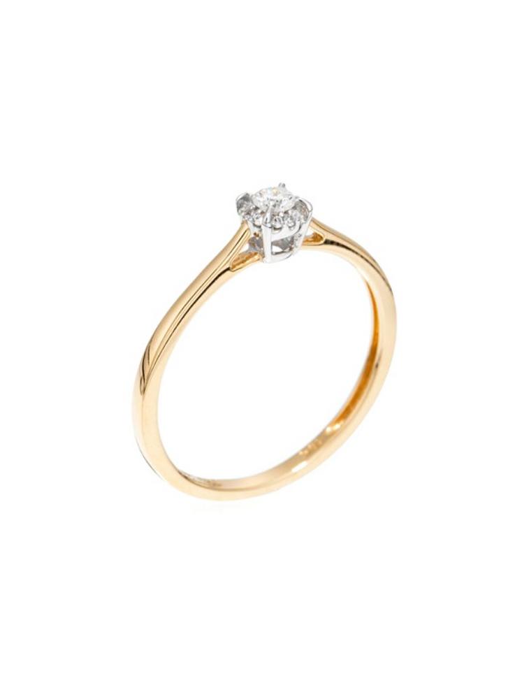 Autre couleur de bague, l'or jaune. Celle-ci est sobre, constituée d'un anneau simple et sertie de diamants sur le dessus, comme un solitaire. Incontestablement chic et glamour, vous ne vous en lasserez pas 10 ans plus tard et elle se mariera bien avec vos autres bijoux, en or jaune mais aussi en or blanc avec la couleur du diamant. « Bague amoureuse » diamants et or jaune, Diamanta, 955 euros.