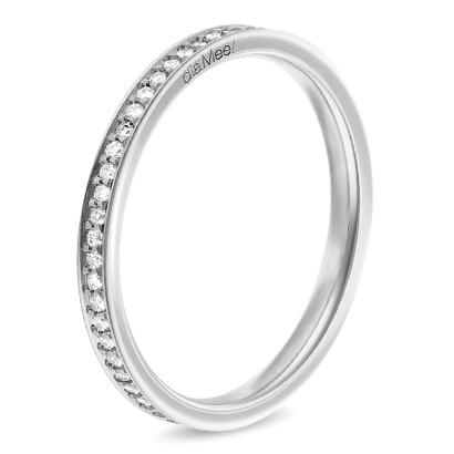 Dans un autre style, on aime cette alliance sertie de diamants tout du long. Elle est discrète mais très élégante. La bague est de fabrication française, et vous avez le choix entre les quatre couleurs d'or : blanc, jaune, rose et  noir. Petite préférence pour la première, qui se marie très bien avec le tour de diamants. Alliance 4 grains diamant 1 mm, Diamee, 1 390 euros en soldes pour la version avec  diamant HSI et 1 590 euros en soldes pour la bague avec diamant GVS.