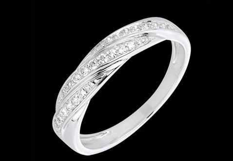 Vous brillerez également avec cette alliance originale. On aime sa tresse sur le dessus, dont les trois branches sont serties de diamants. Cette forme donne un petit plus à l'anneau. Au total se sont 25 diamants à votre doigt ! Bague tresse précieuse en or blanc 18 carats et diamants, Edenly, 430 euros en soldes.
