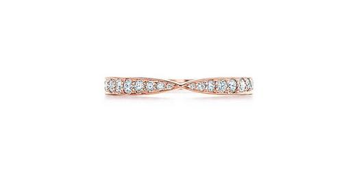 Coup de cœur pour cette bague : l'anneau est plutôt simple mais a une touche d'originalité. Au centre, le métal est pincé comme sur le nœud d'un ruban. Une bonne idée pour moderniser un anneau classique. Bague Tiffany Harmony en or rose 18 carats et brillants, 1 850 euros.